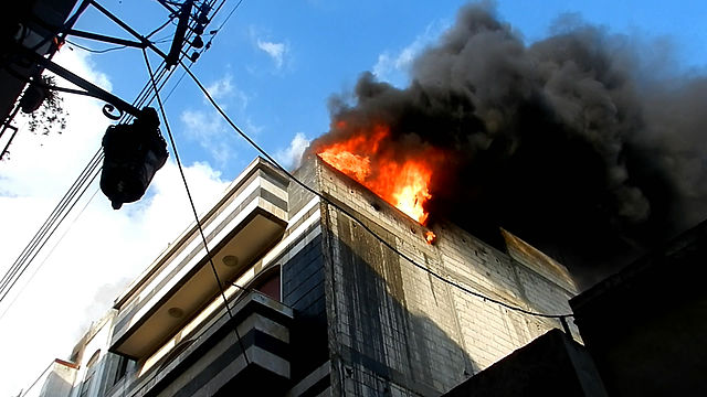 Building burning in Homs city. Foto: Bo Yaser / Wikimedia Commons