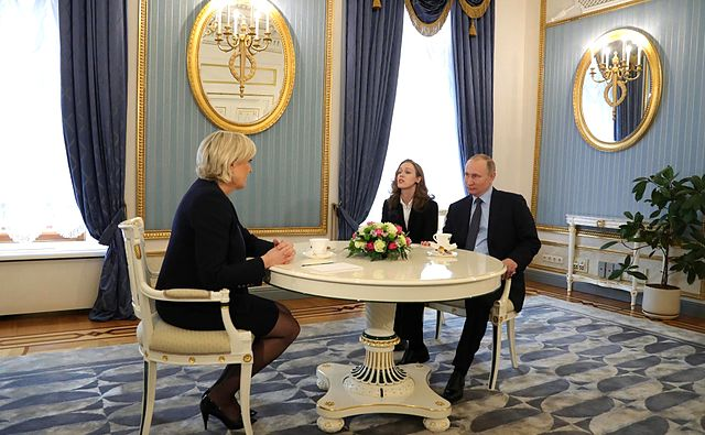 Marine Le Pen und Vladimir Putin 2017 (The Russian Presidential Press and Information / Wikimedia Commons)